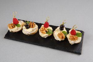 Брускетта от шефа со свежими ягодами (сыр бри, свежие ягоды и мята)
