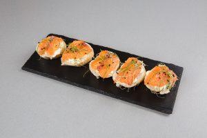 Брускетта с лососем, мягким сливочным сыром и микрозеленью