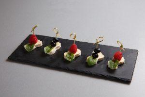 Закуска от шефа со свежими ягодами (сыр бри, свежие ягоды, мята)