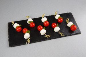 Канапе с моцареллой, вяленными томатами и помидором черри.