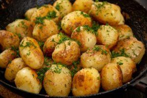 Картофель бейби запеченный с чесночком и зеленью