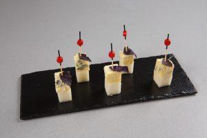 Закуска с сыром дор-блю, дыней и мятой.